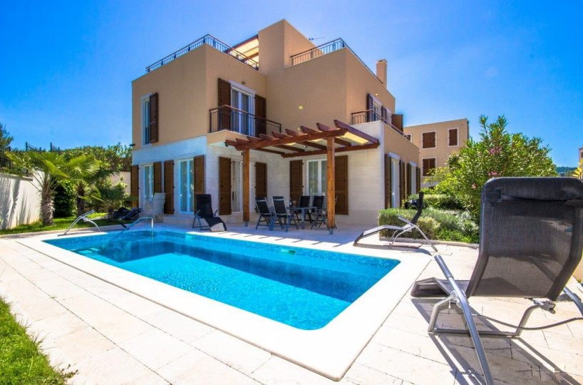 Modern sea view villa with swimming pool near the beach, Splitska