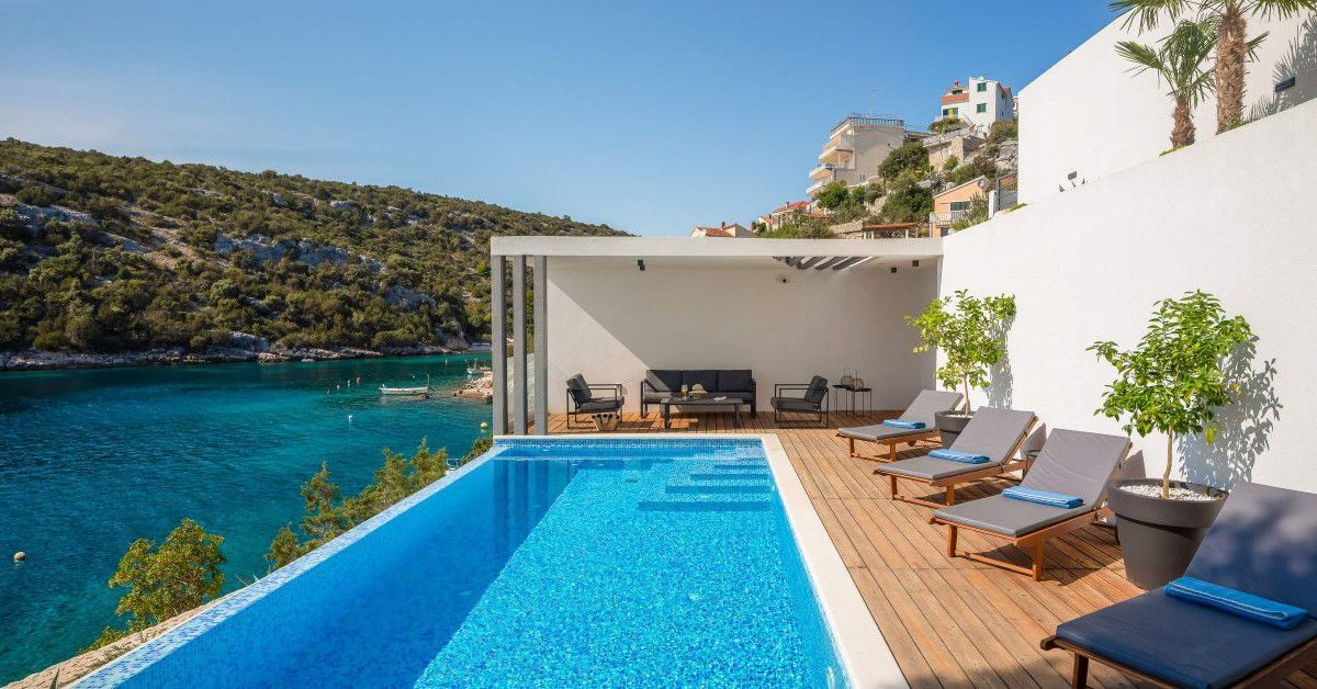 Villa Lavish - Elegant seafront villa with pool in Vinisce